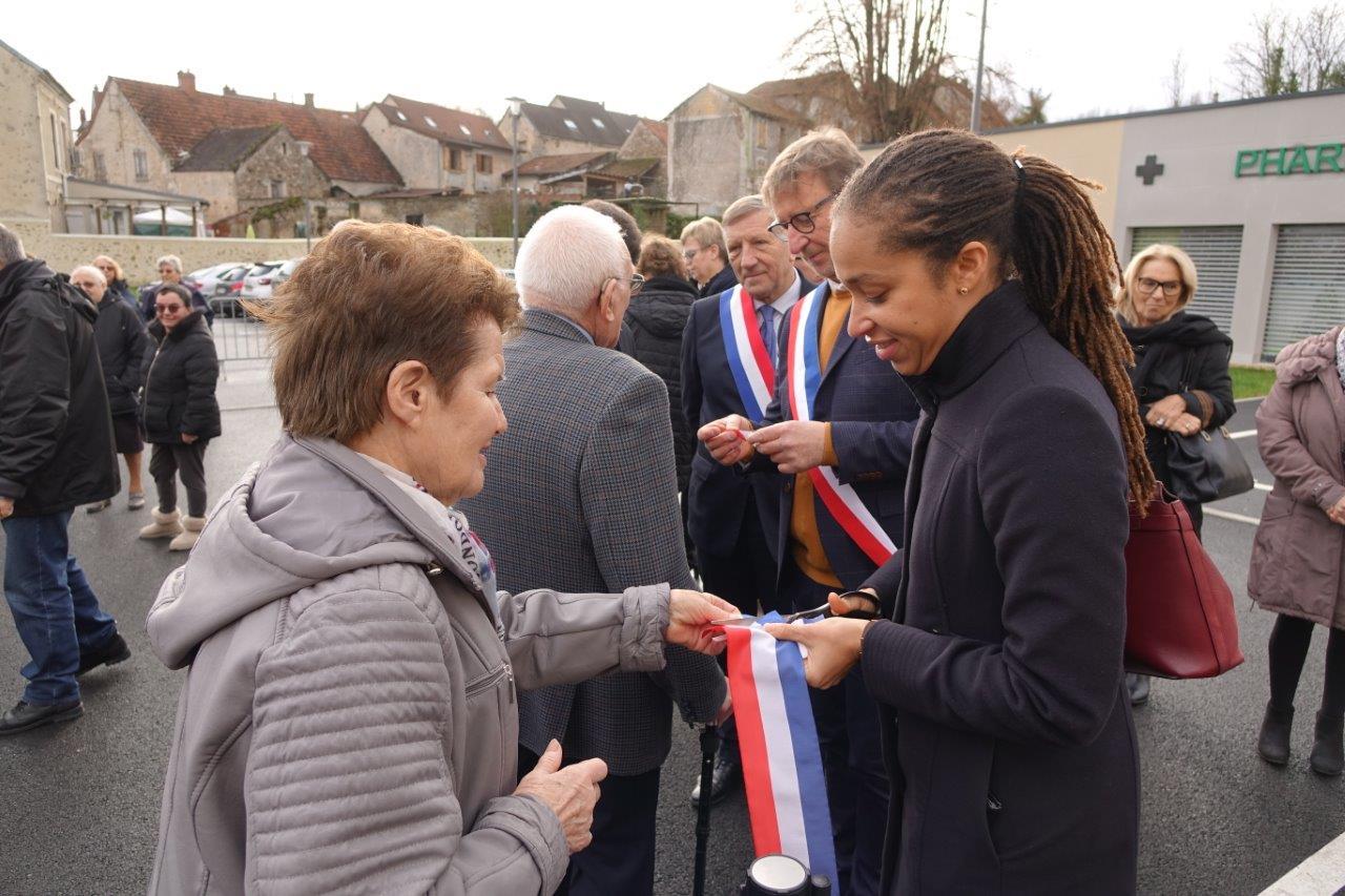 Natalie William, sous-préfète de l'arrondissement de Château-Thierry, s'est prêtée volontiers à la coupe de bouts de ruban.
