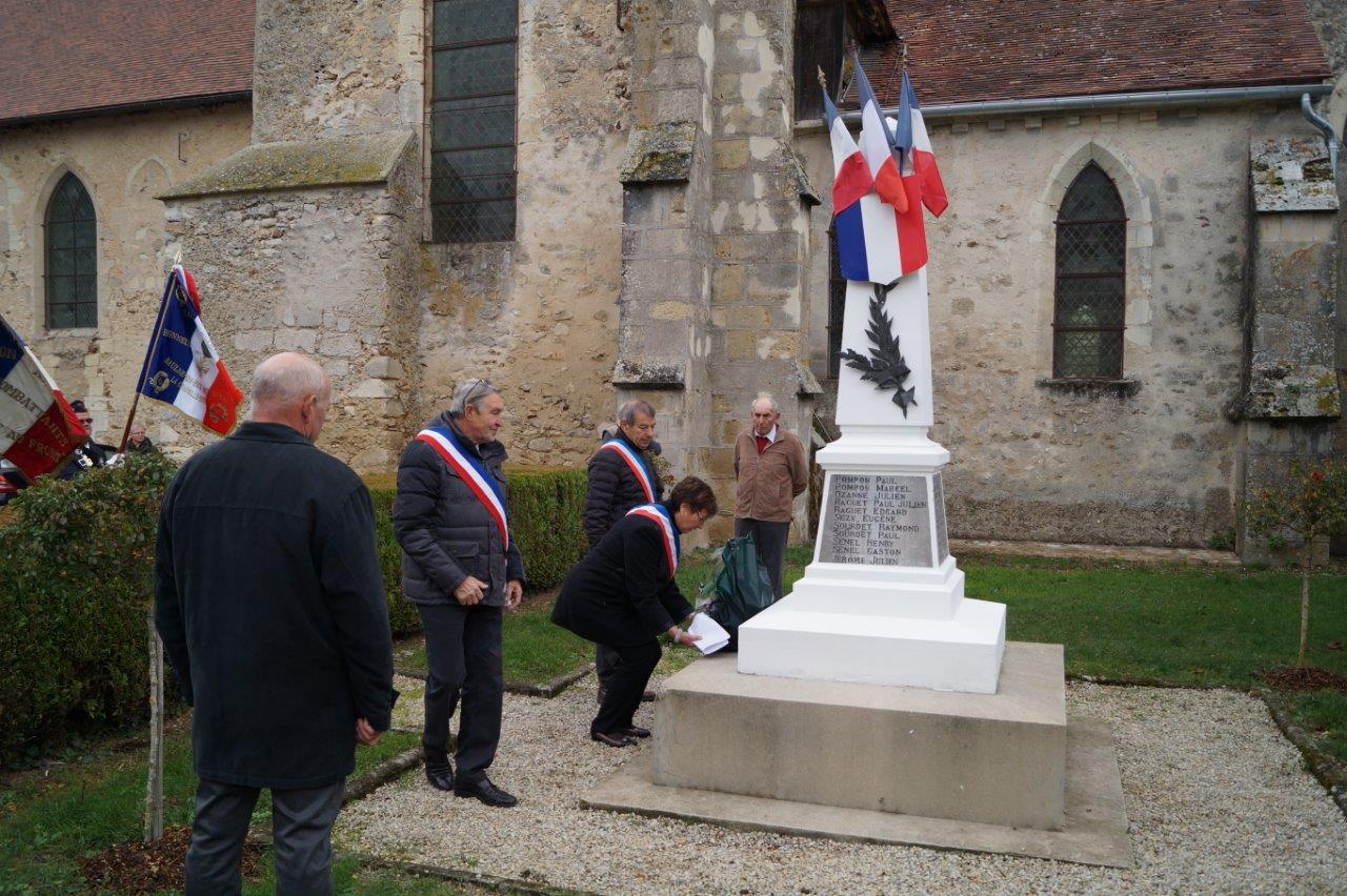 Jacqueline Picart dépose la traditionnelle gerbe de fleurs, offerte cette année par le Souvenir français, association créée en 1887 qui garde le souvenir des soldats morts pour la France par l'entretien des monuments commémoratifs.
