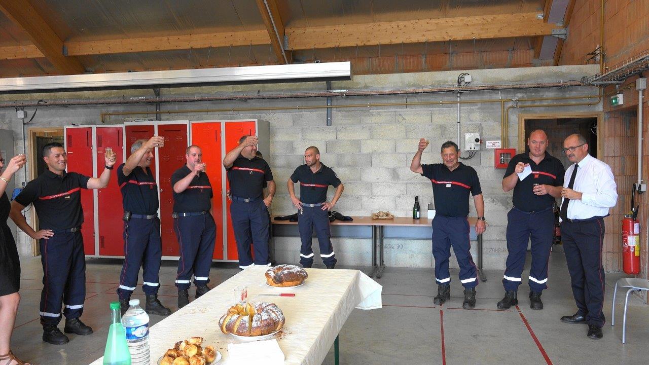 De retour au centre de secours, les sapeurs-pompiers ont champagné !