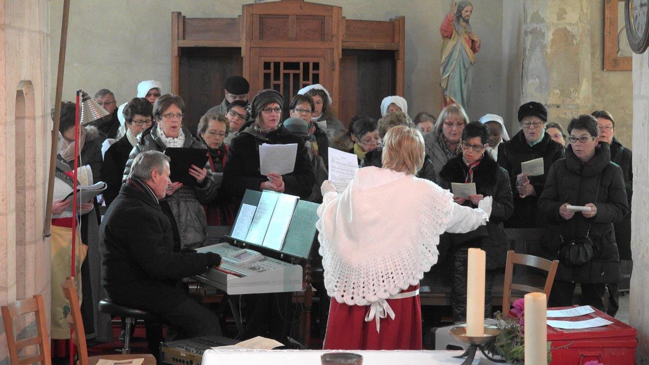 Une chorale d'amis(es) assure avec une belle maitrise les chants religieux.