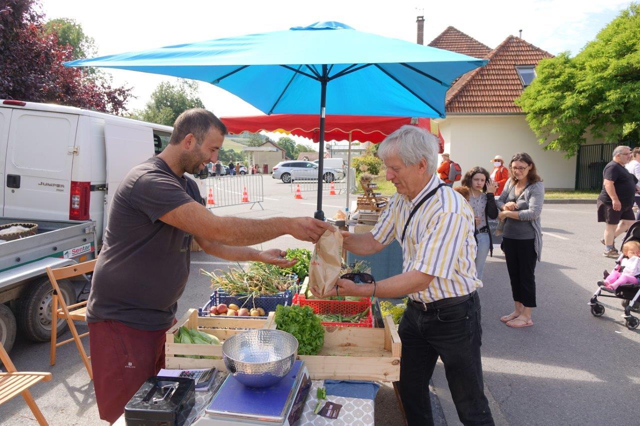 Éric Assier, le maire du centre bourg qui fait du rab, fait le plein de vitamines sur l'étal des Légumes Vitry de la Mare Dorée pour la dernière ligne droite de son mandat.
