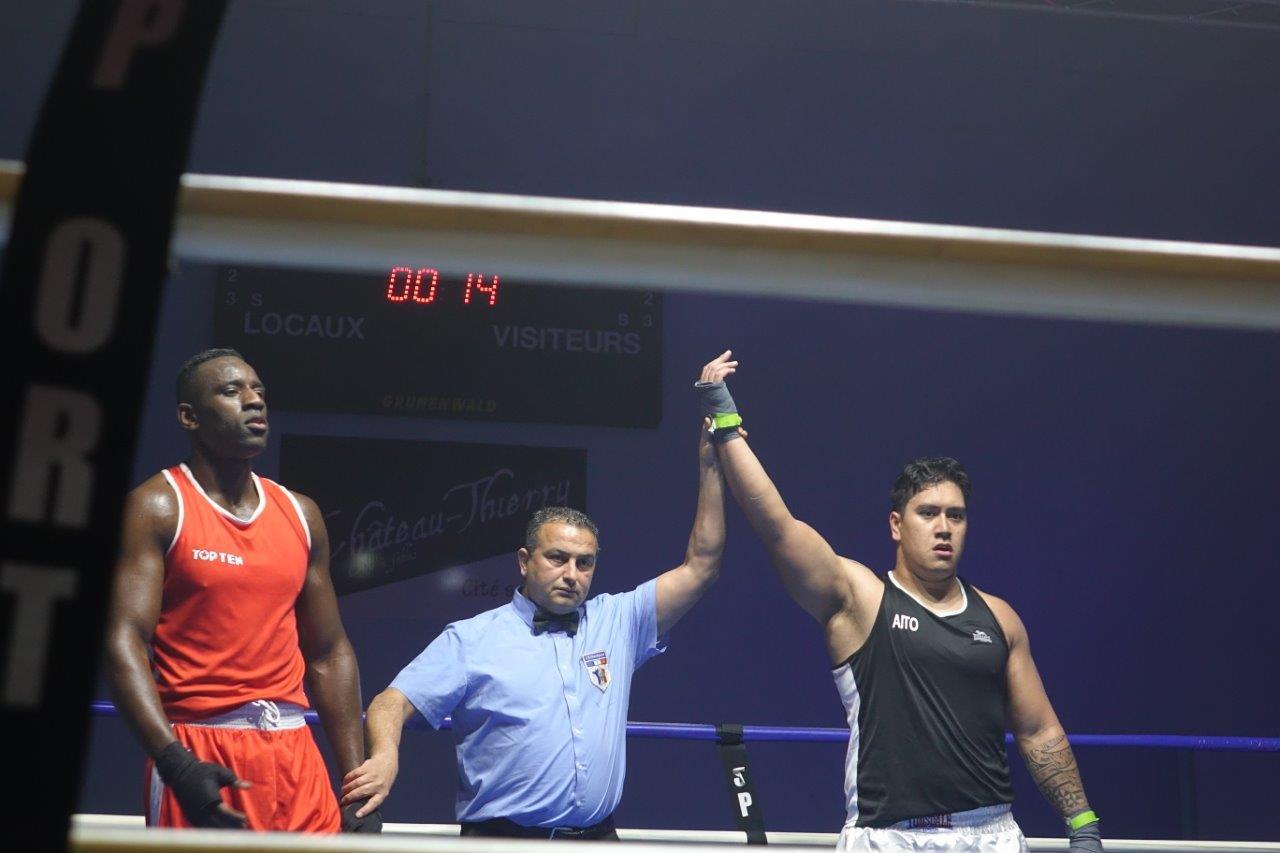 """A droite : Le Tahitien Rapu """"Taï"""" Haoa Teuna remporte son combat par KO à la deuxième reprise."""