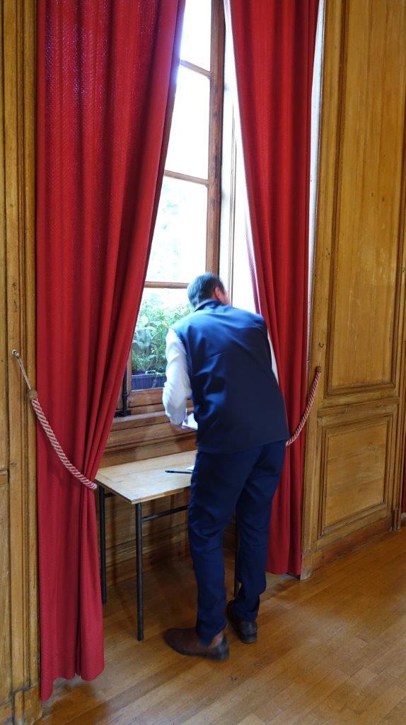 Les rideaux de la salle de vote ont servi d'isoloir lors du renouvellement du Conseil d'administration...