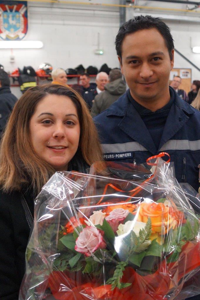 Marion, l'épouse du promu, le lieutenant Hitimoé Sibille, reçoit un joli bouquet de fleurs.