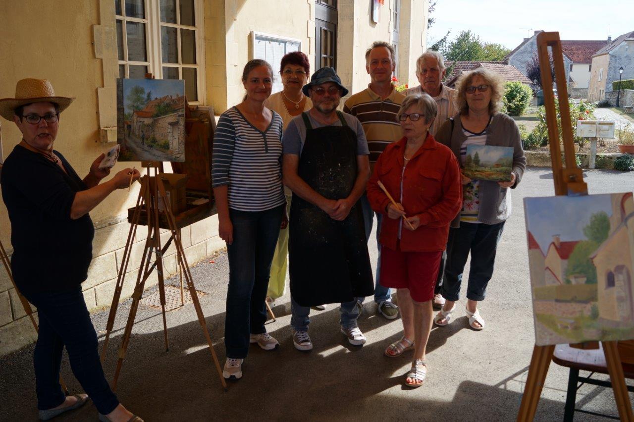 A gauche, Nelly Guédrat présente l'Amicale des Peintres de Montlevon.