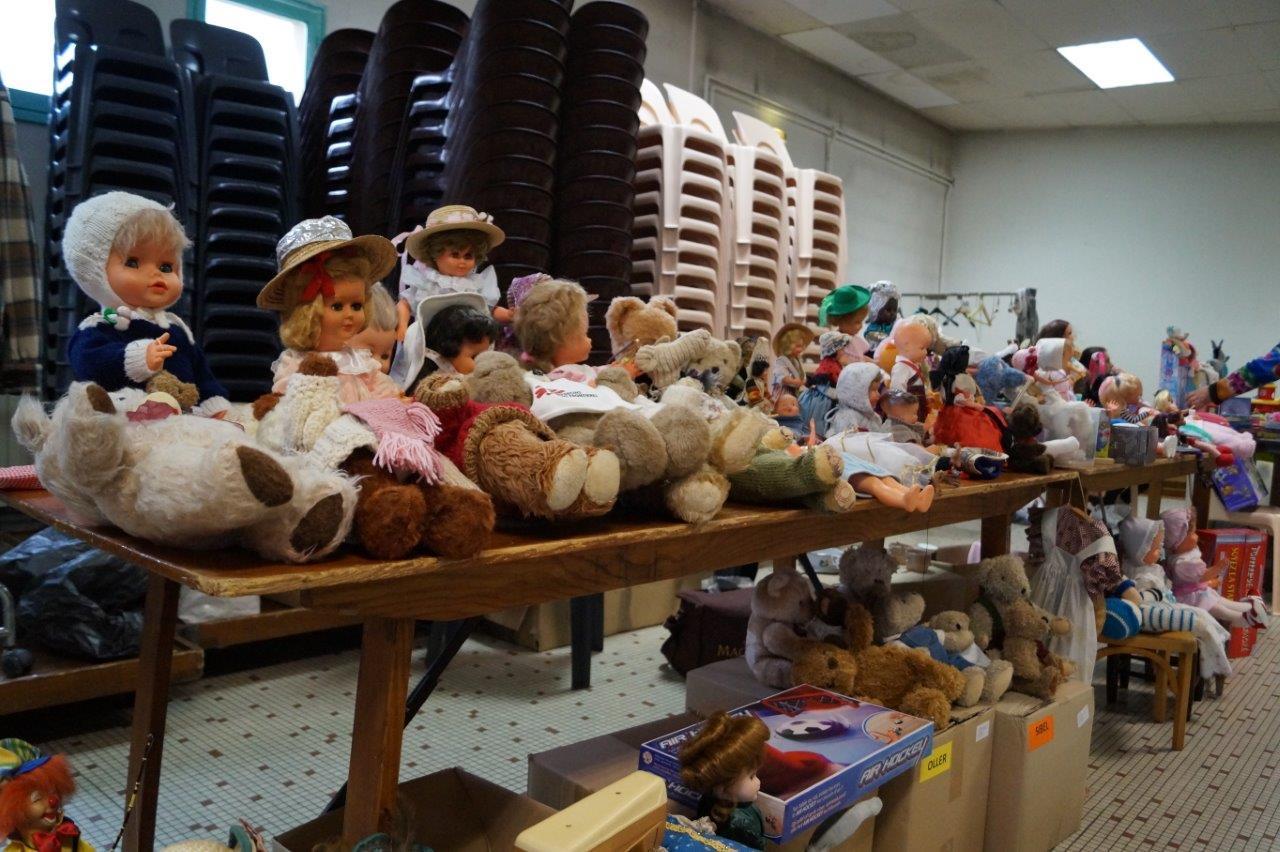 Une partie de la collection de poupées et nounours trônait dans les coulisses de la salle des fêtes.