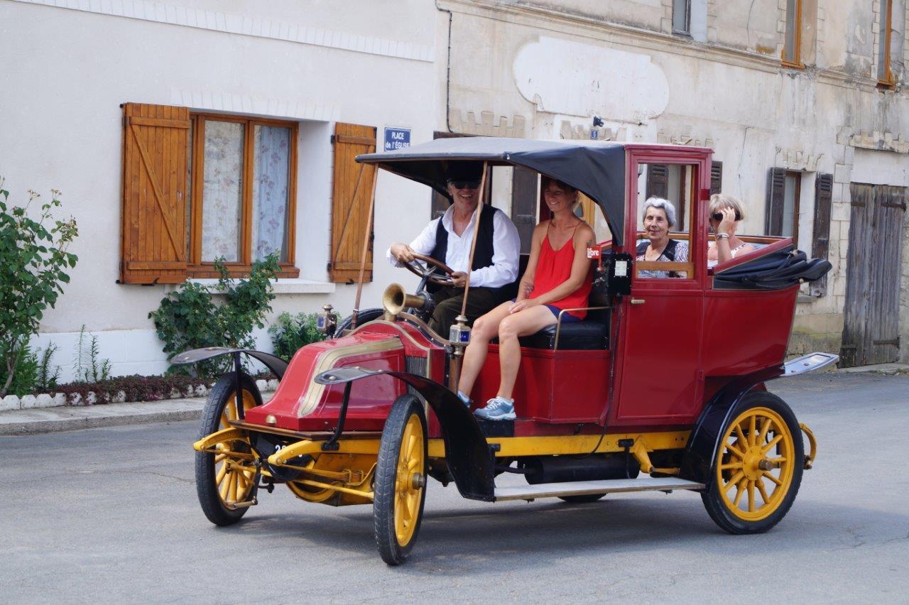 Le taxi de la Marne de l'association tardenoise du patrimoine roulant (ATPR) emmène des clients pour une balade bucolique.