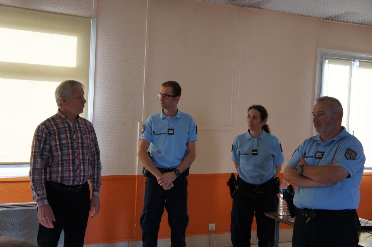De gauche à droite : Eric Assier, maire de Condé-en-Brie, le Lieutenant Romain Freytag, l'Adjudante-Cheffe Daphnée Texier et le Capitaine Jean-Emile Vaesen.