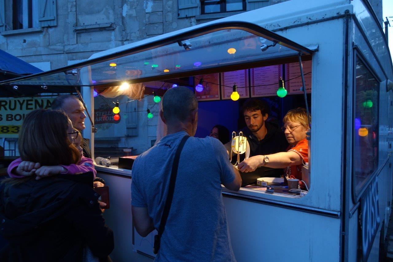 A l'entrée, la caravane du spectacle de l'an passé sert de guichet de vente de tickets pour les stands buvette et restauration.