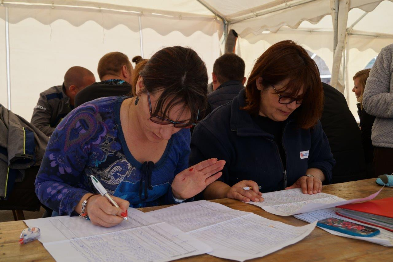 De gauche à droite : Clarisse et Marina, respectivement adhérente et trésorière du Comité des fêtes, assurent la gestion du concours.