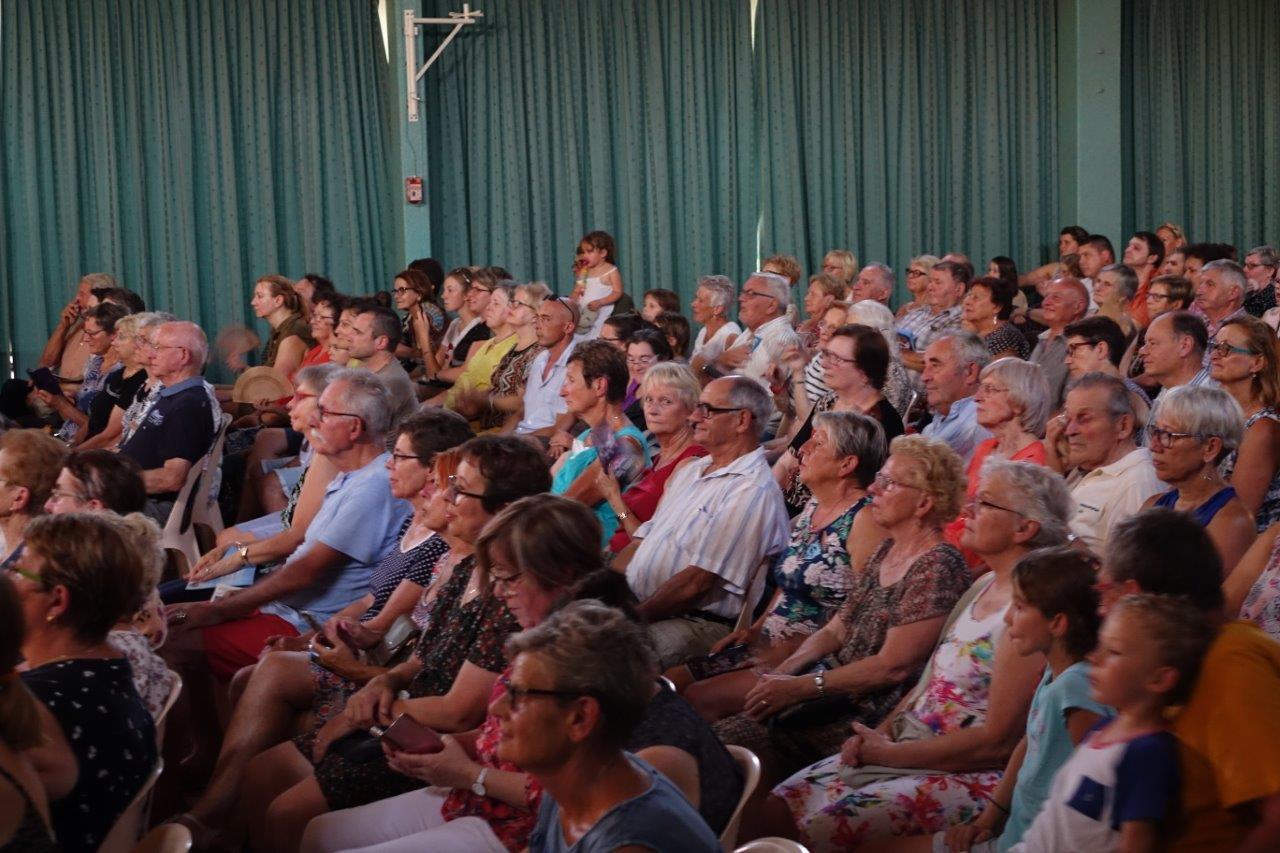 Le public est attentif malgré une chaleur accablante.