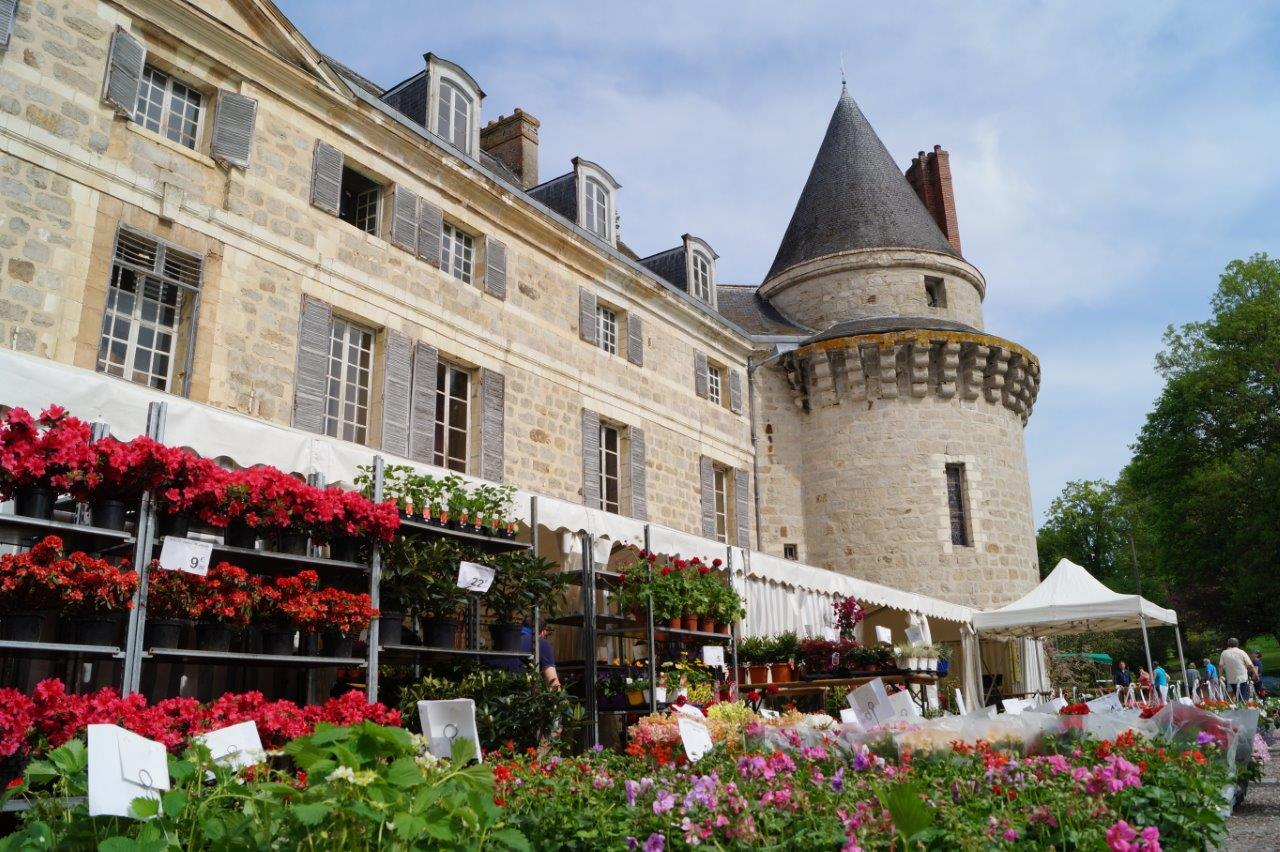 Au printemps, le château de Dormans se pare de mille couleurs.
