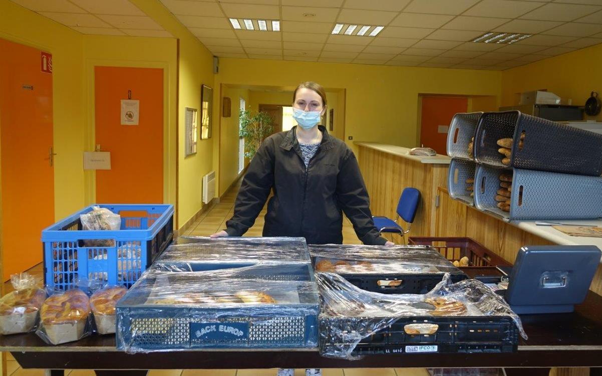 Pauline, de la boulangerie-pâtisserie Au Fournil de Condé chez Manue et Thierry, est présente au Breuil tous les jours sauf le mercredi de 08h00 à 09h00.