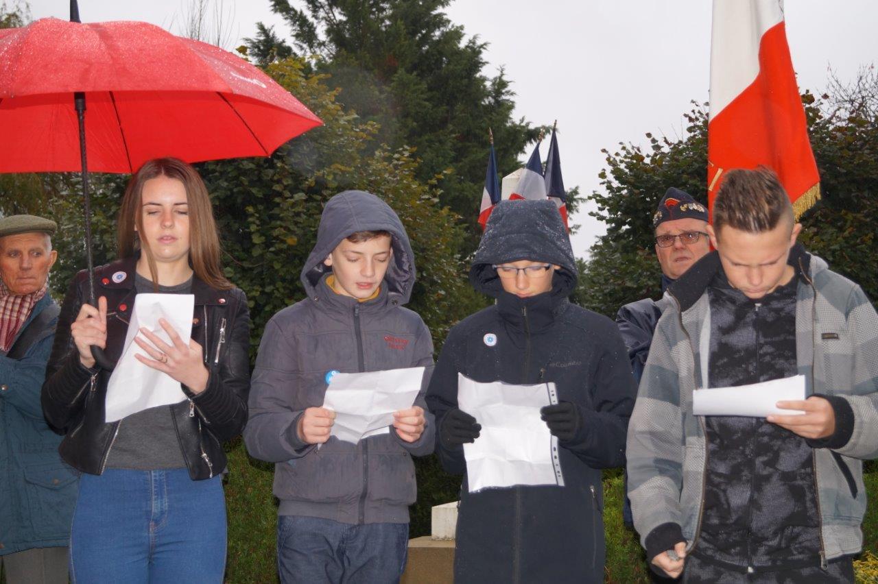De gauche à droite : Emilie, Clément, Damien et Enzo, ont lu Le temps de vivre, un poème de Boris Vian.