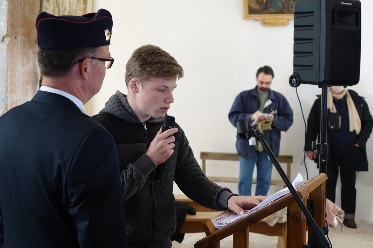 Une lecture de textes d'hommage est faite par plusieurs jeunes de Vallées-en-Champagne.