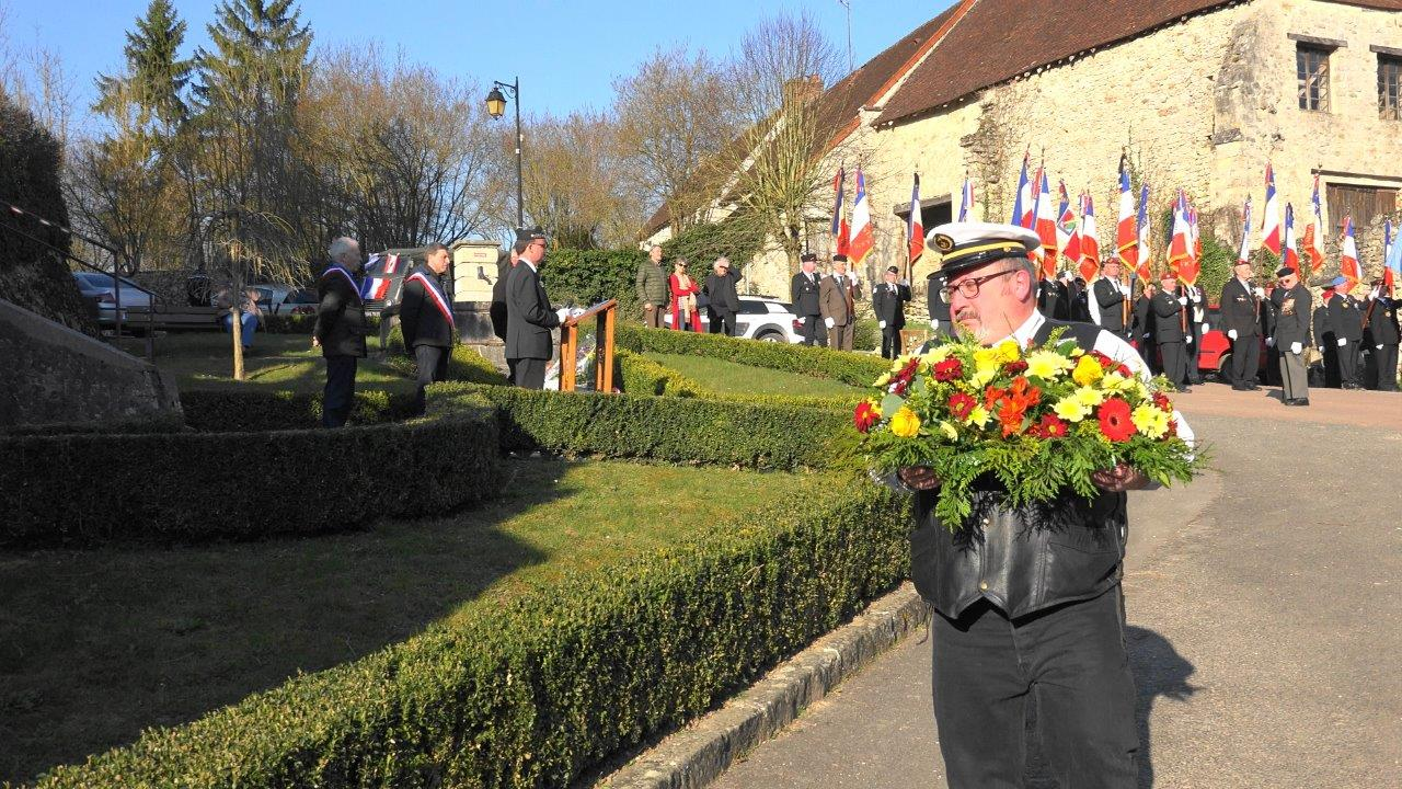 """Bruno Sans, des """"Vétérans des Opérations Extérieures, dépose une gerbe de fleurs..."""