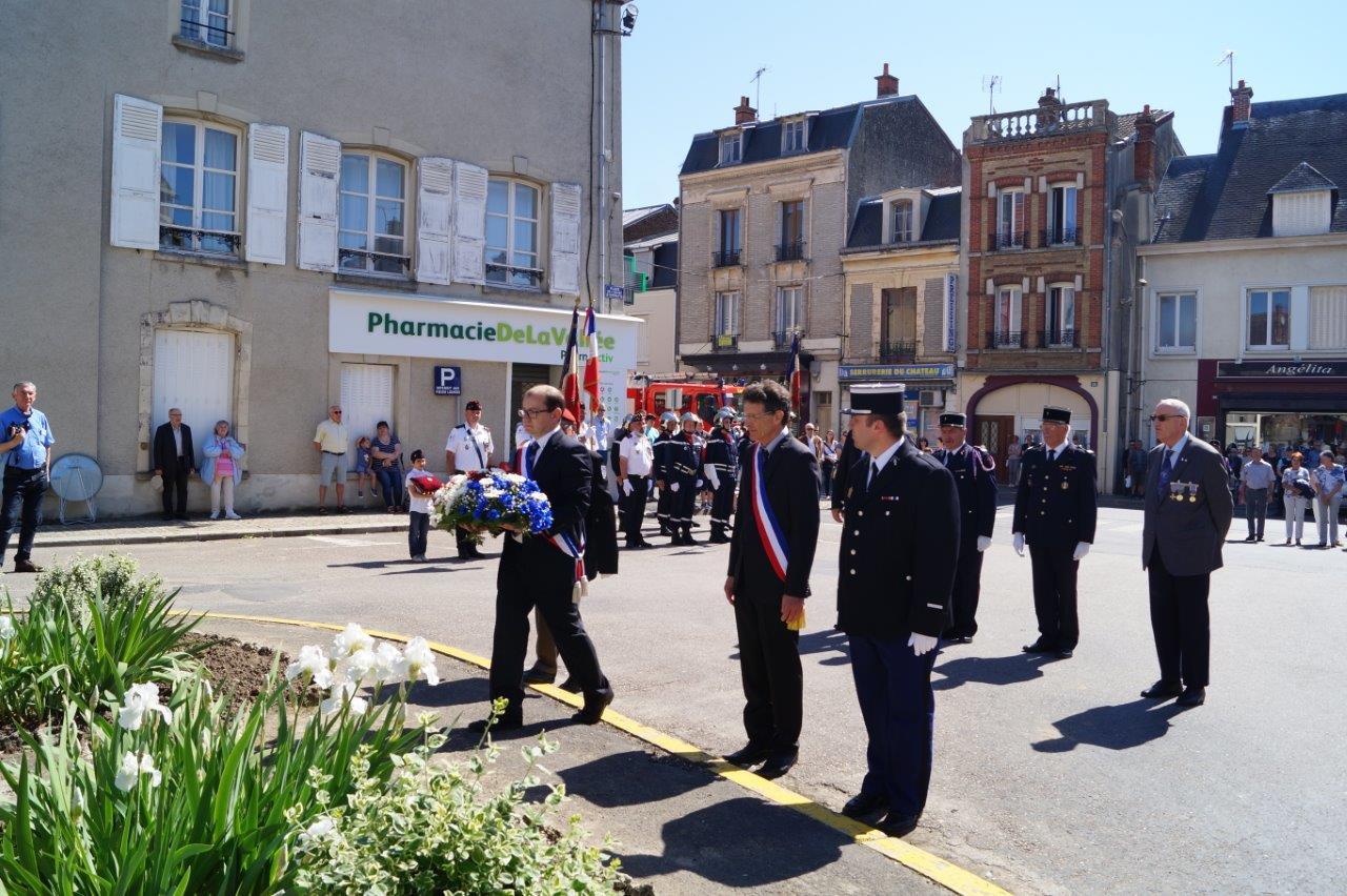Ludovic Welche, conseiller municipal, dépose une gerbe de fleurs sous le regard attentif de Michel Courteaux, maire de Dormans.