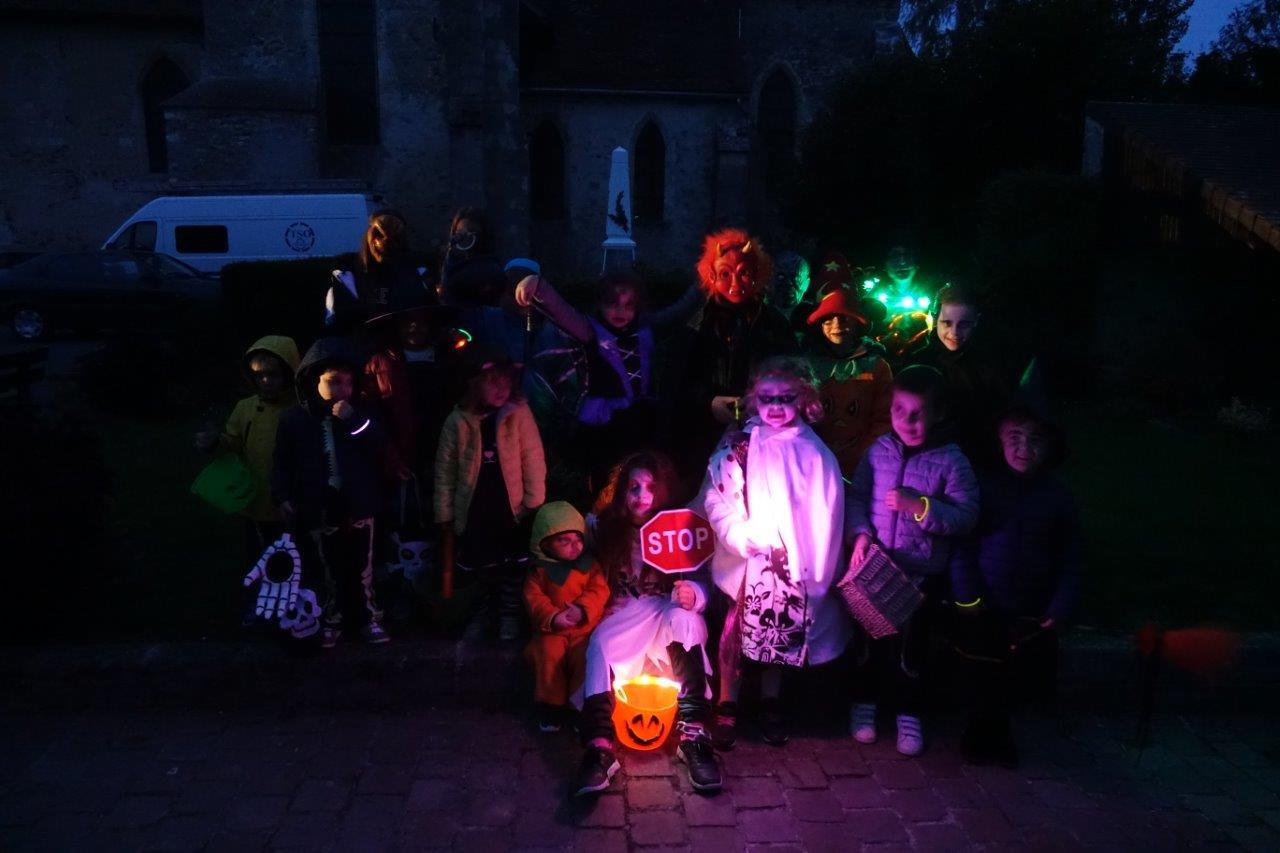Les enfants sont prêts pour la déambulation nocturne.