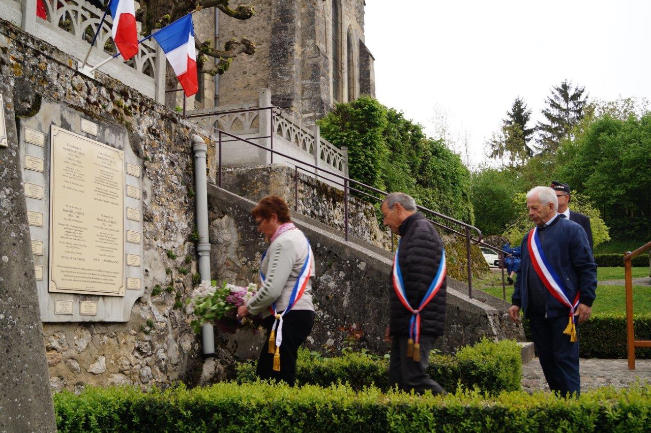 Jacqueline Picart, maire déléguée de La Chapelle-Monthodon, Bruno Lahouati, maire de Vallées-en-Champagne et Claude Picart, maire délégué de Saint-Agnan déposent une gerbe de fleurs Place Daniel Beaucreux.