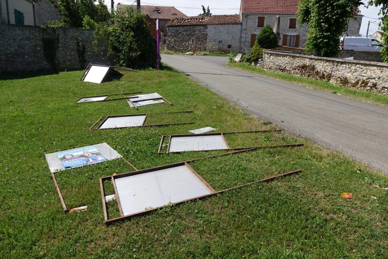 Adossés au mur du cimetière, les panneraux électoraux ont traversé la rue.