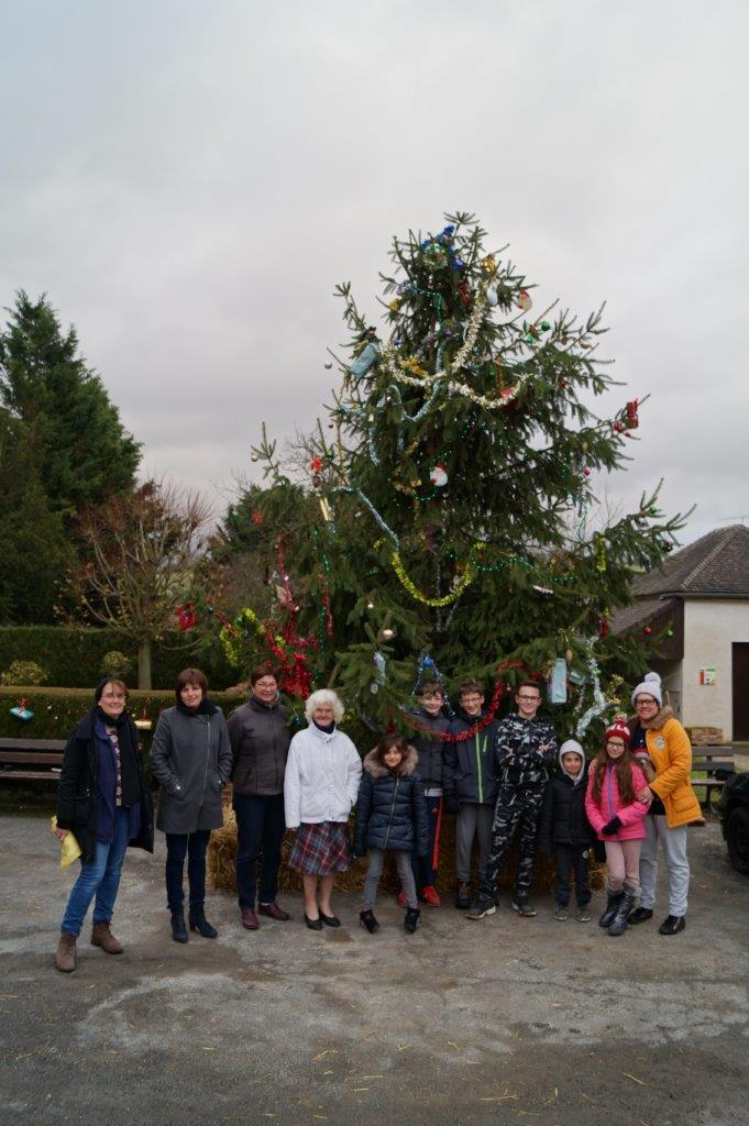 Un sapin de Noël est érigé sur la place du village pour la 3ème année consécutive, à l'initiative de la maire déléguée Jacqueline Picart (3ème en partant de la gauche).