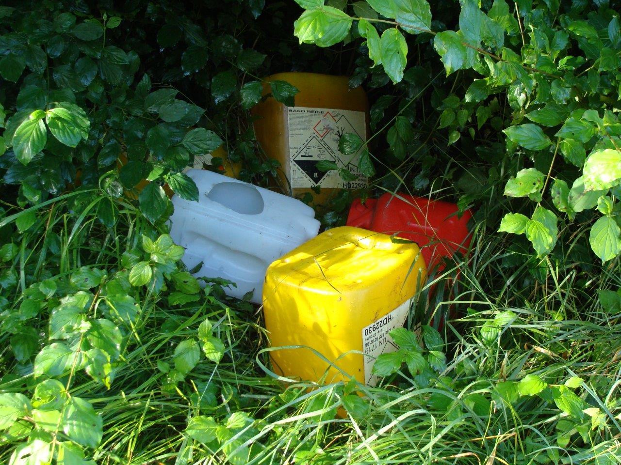 Des bidons de détergent-désinfectant chloré.
