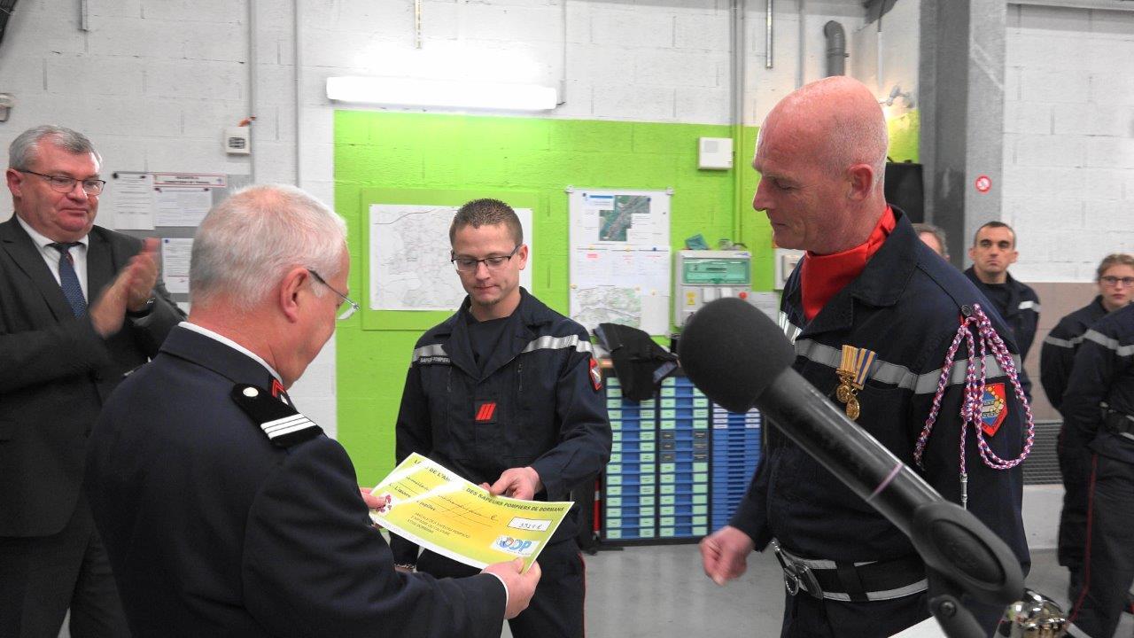 De gauche à droite : le caporal-chef Mickaël Lamotte et l'adjudant-chef Patrick Dufour remettent un chèque de 3 319€ au profit de l'oeuvre des pupilles au capitaine Hubert Degrémont.