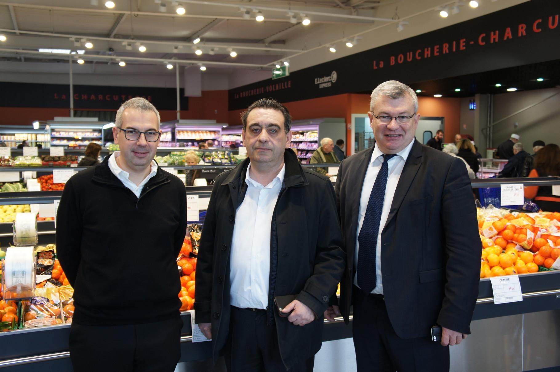 Cédric Pouillon et Christian Bruyen (Maire de Dormans) entourent Pierre Kasmi PDG d'EPER-DIS et propriétaire du magasin