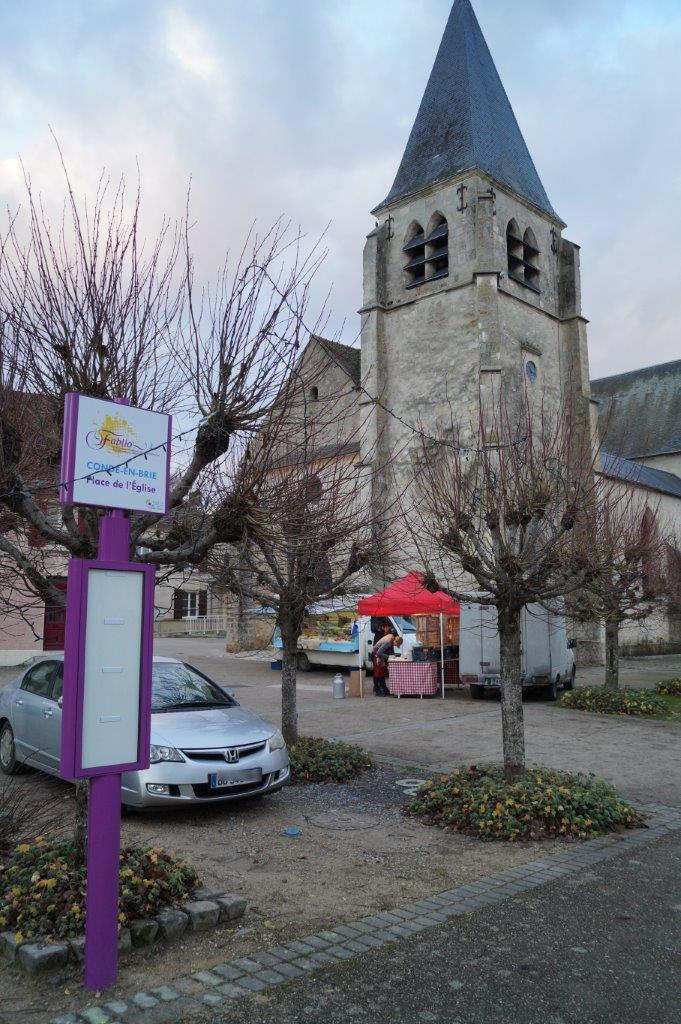 A Condé-en-Brie, un point d'arrêt est situé sur la place de l'église.