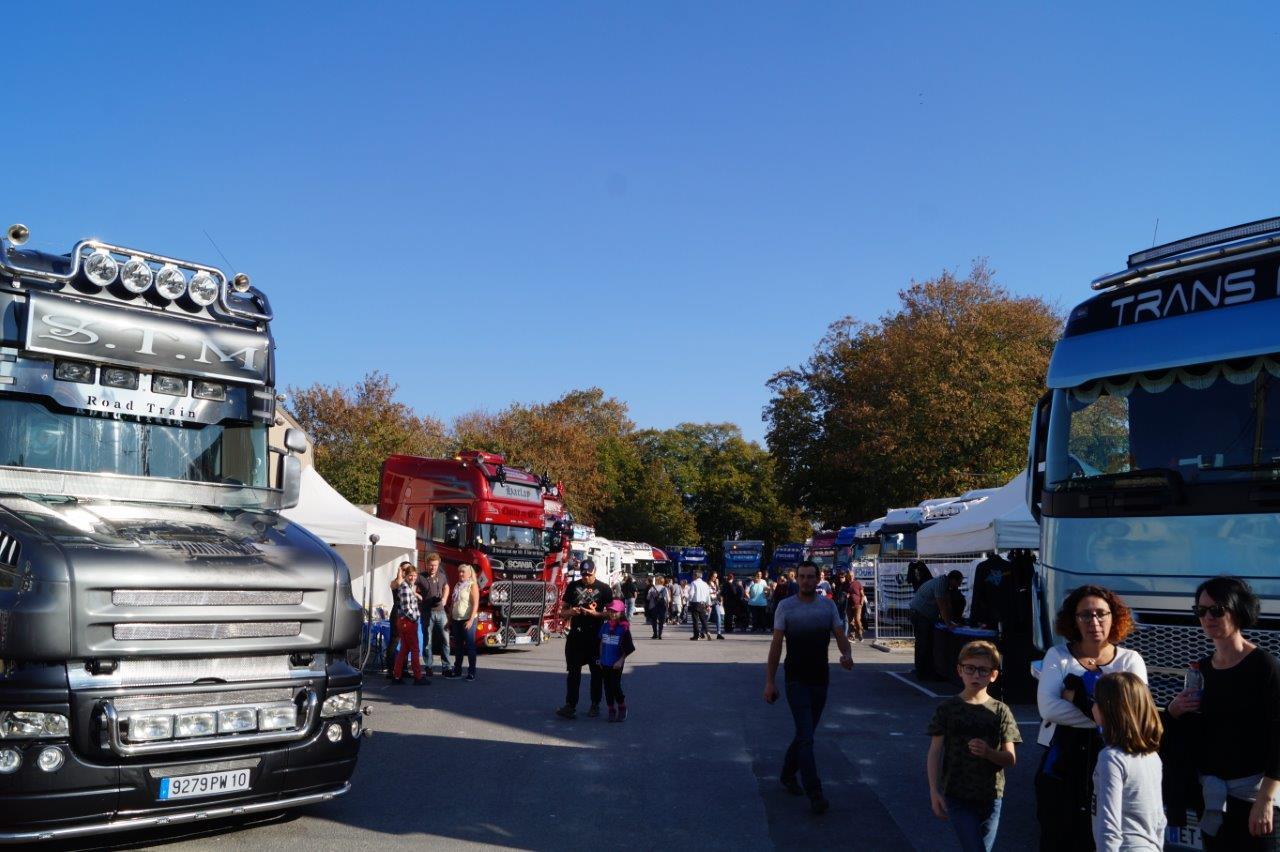 L'exposition de camions décorés connaît, elle aussi, un beau succès populaire...