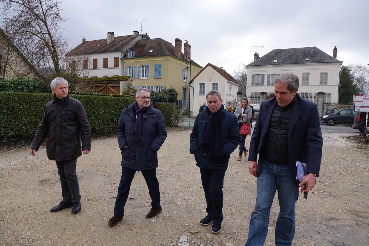 À droite : Aymeri de Rochefort a ouvert le portail du château de Condé aux visiteurs du jour...