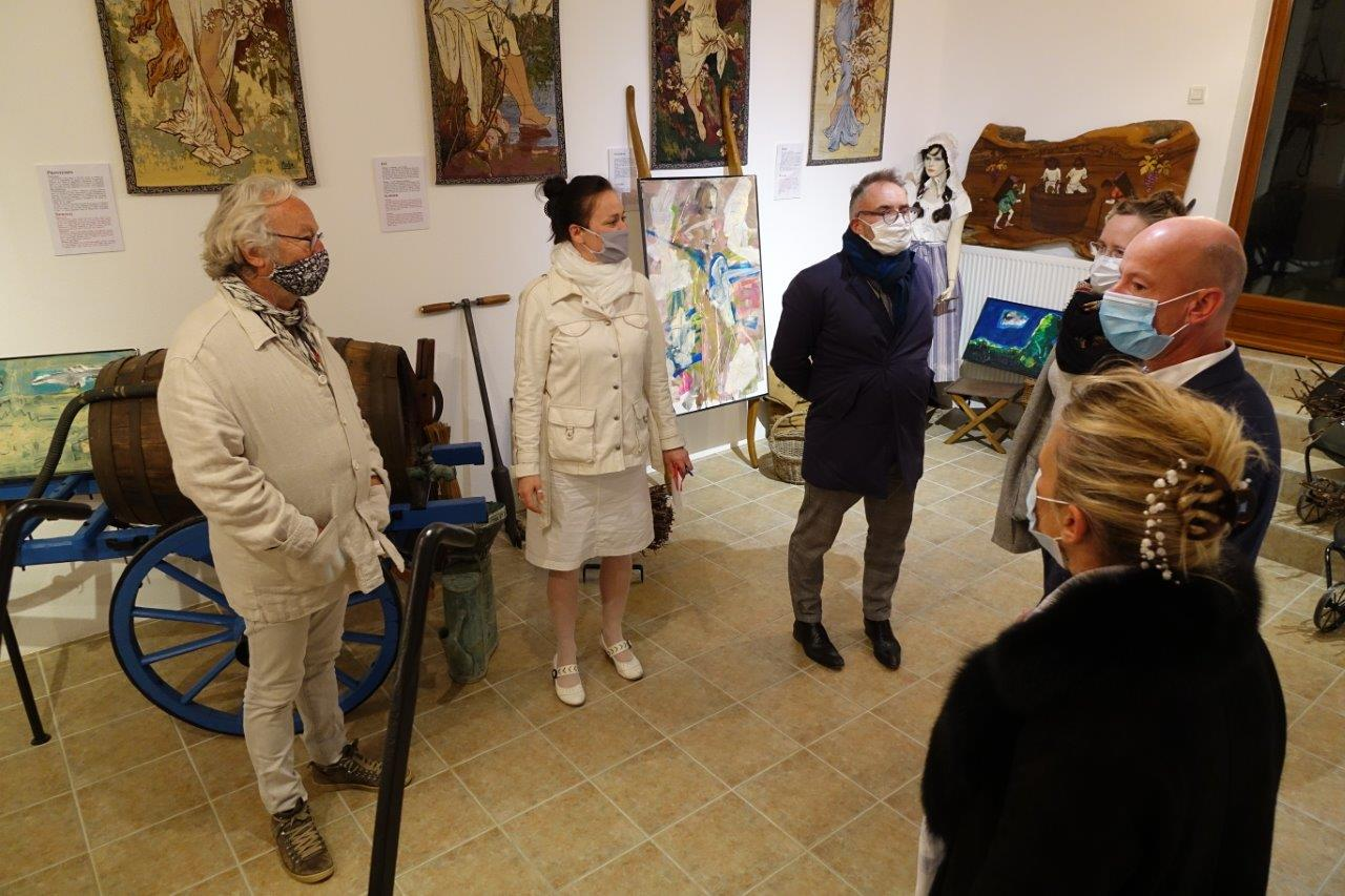 La soirée a débuté par une visite du musée d'outils viticoles anciens.