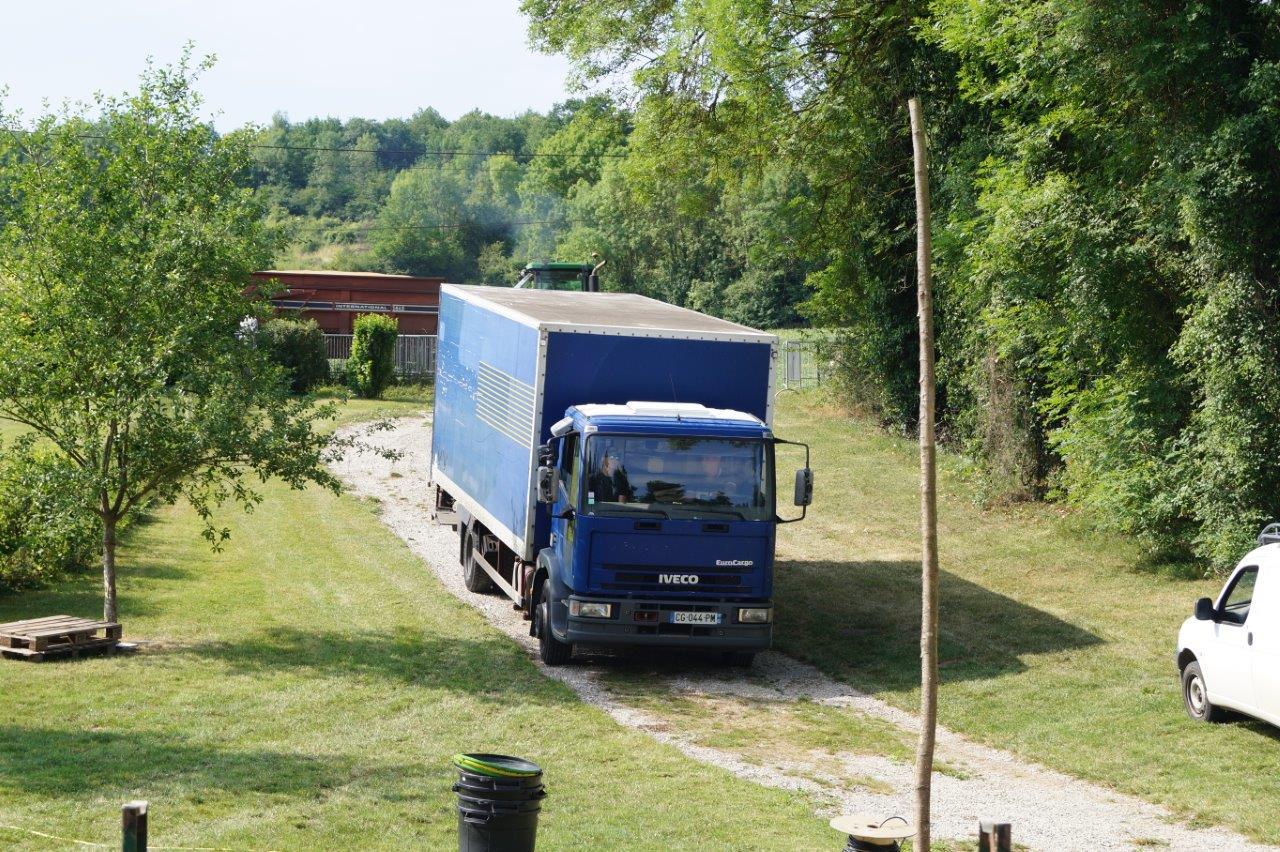 Une descente bien maîtrisée pour le camion transportant le matériel scénique.