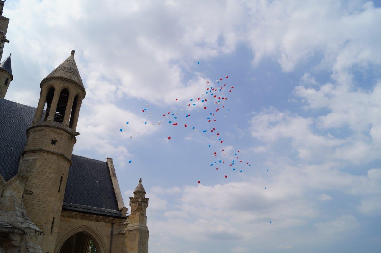 La cérémonie du Souvenir se termine par le traditionnel lâcher de ballons.