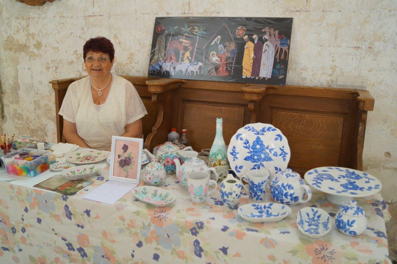 Françoise Hiernard est bien connue dans la paroisse Notre Dame des Trois Vallées. En plus de la peinture sur toile, elle s'adonne également à la peinture sur porcelaine.