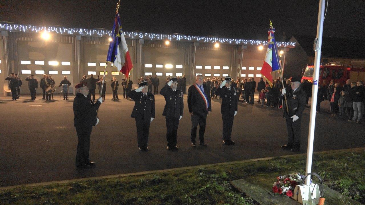 Les officiels et porte-drapeaux lors de l'exécution de la Marseillaise par la Musique municipale de Dormans.