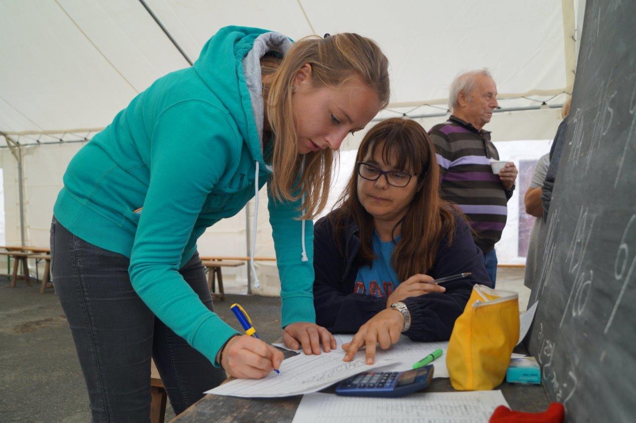 De gauche à droite : Céline Roulot et Marina Trigo Duarte supervisent le concours de belote.