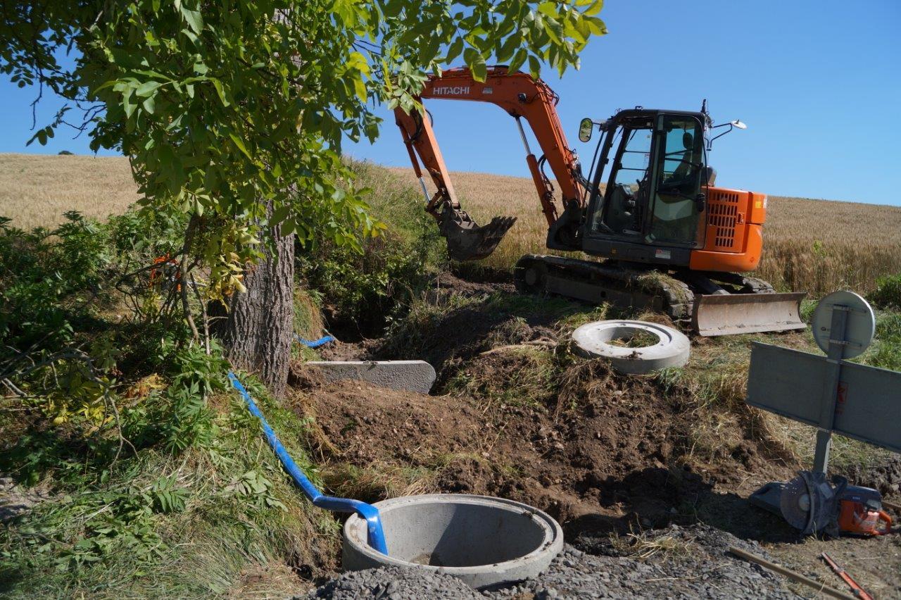Pendant les travaux, l'eau de la source a été détournée au moyen d'une pompe.