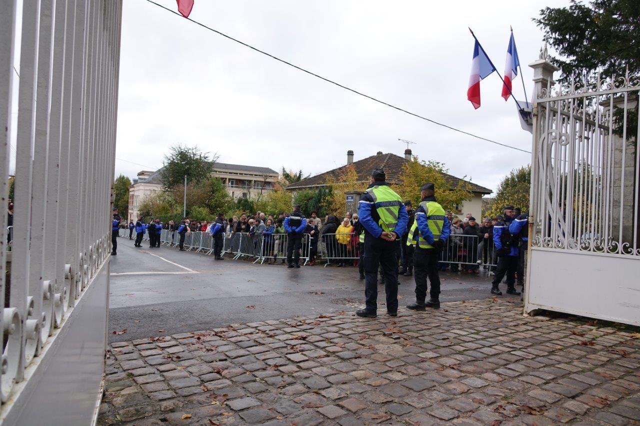 Le public attendait la sortie du Chef de l'État, à l'extérieur de l'enceinte du parc du château...