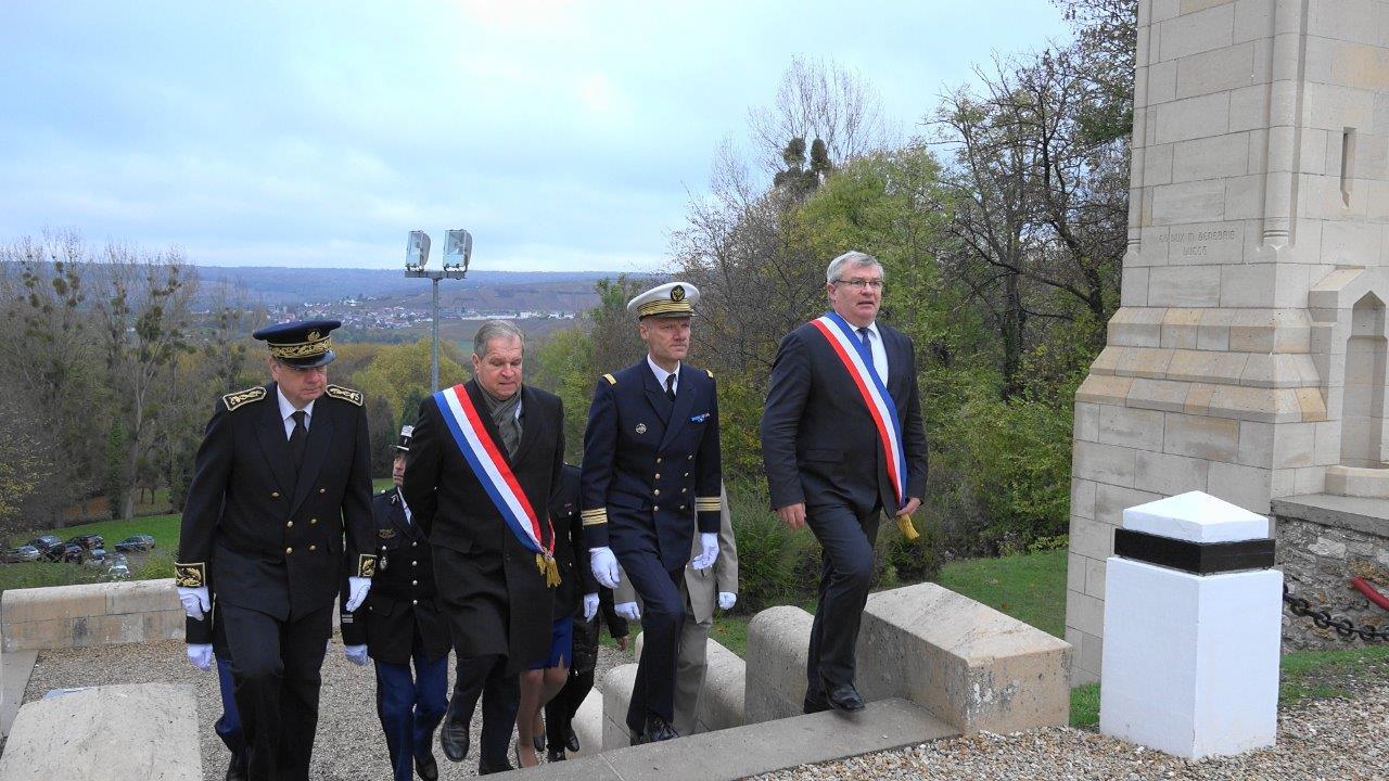 Dès potron minet, les officiels gravissent les marches menant à l'esplanade.