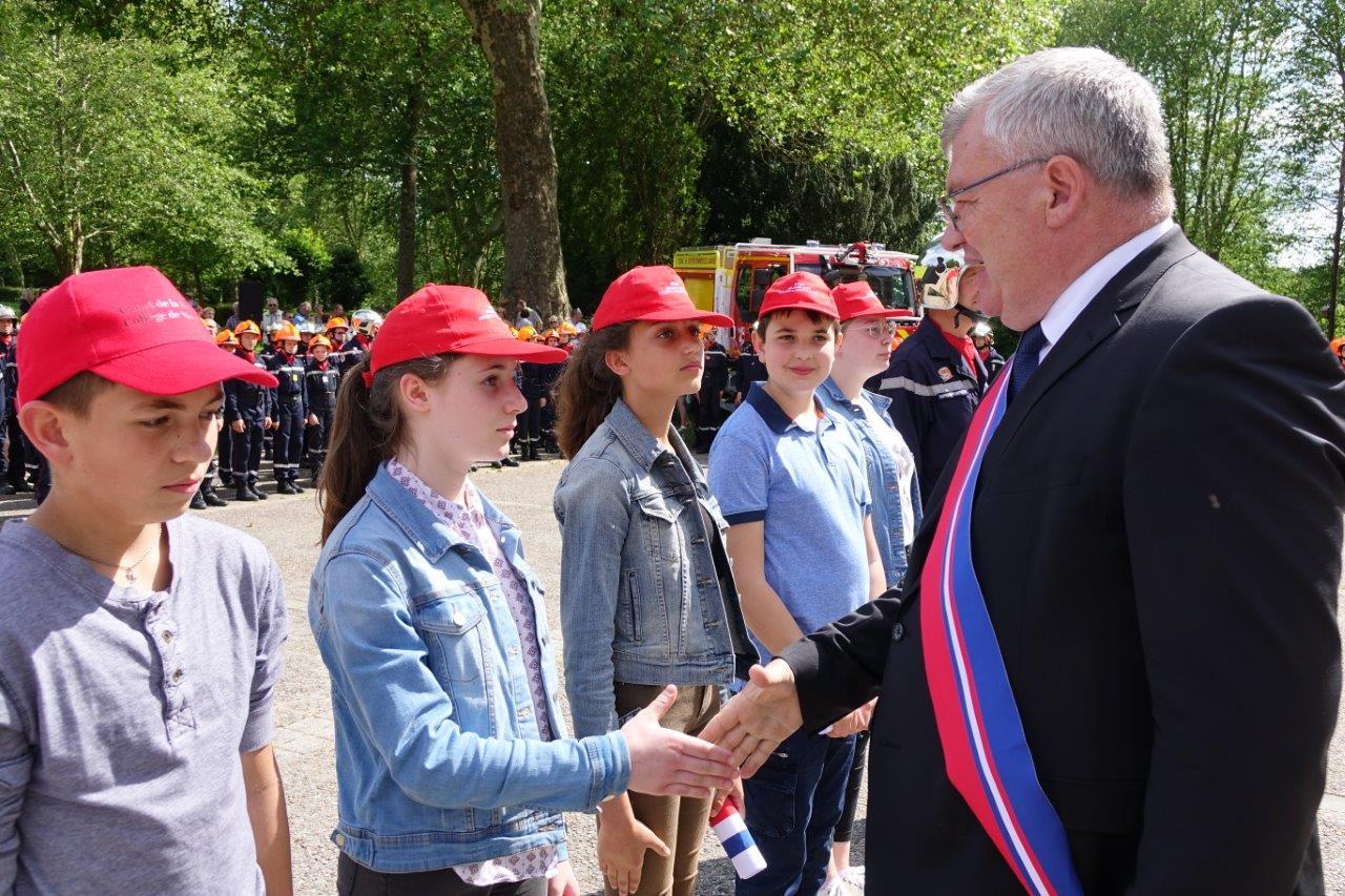 Christian Bruyen salue les Cadets de la sécurité civile du collège Louis Pasteur de Suippes.