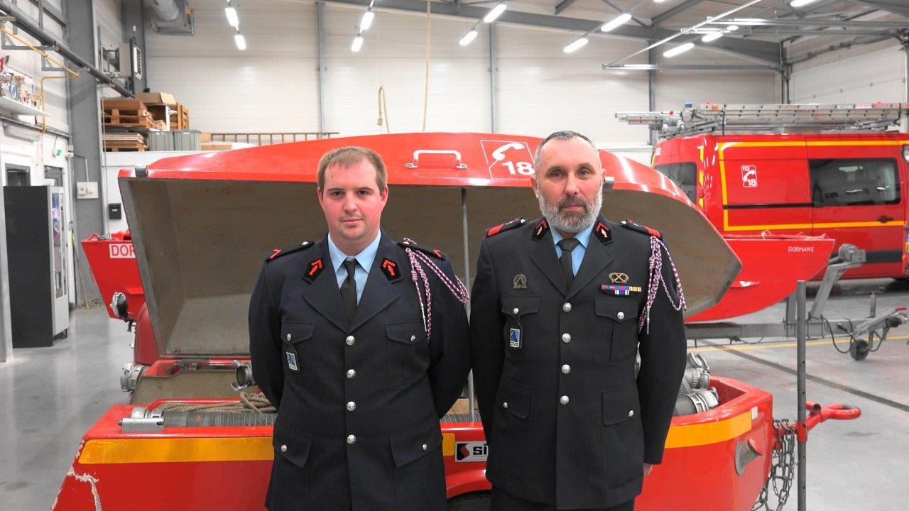 Les sapeurs-pompiers Jérémy Fontaine et William Dansin du Centre de Secours de Trélou-sur-Marne dans l'Aisne.