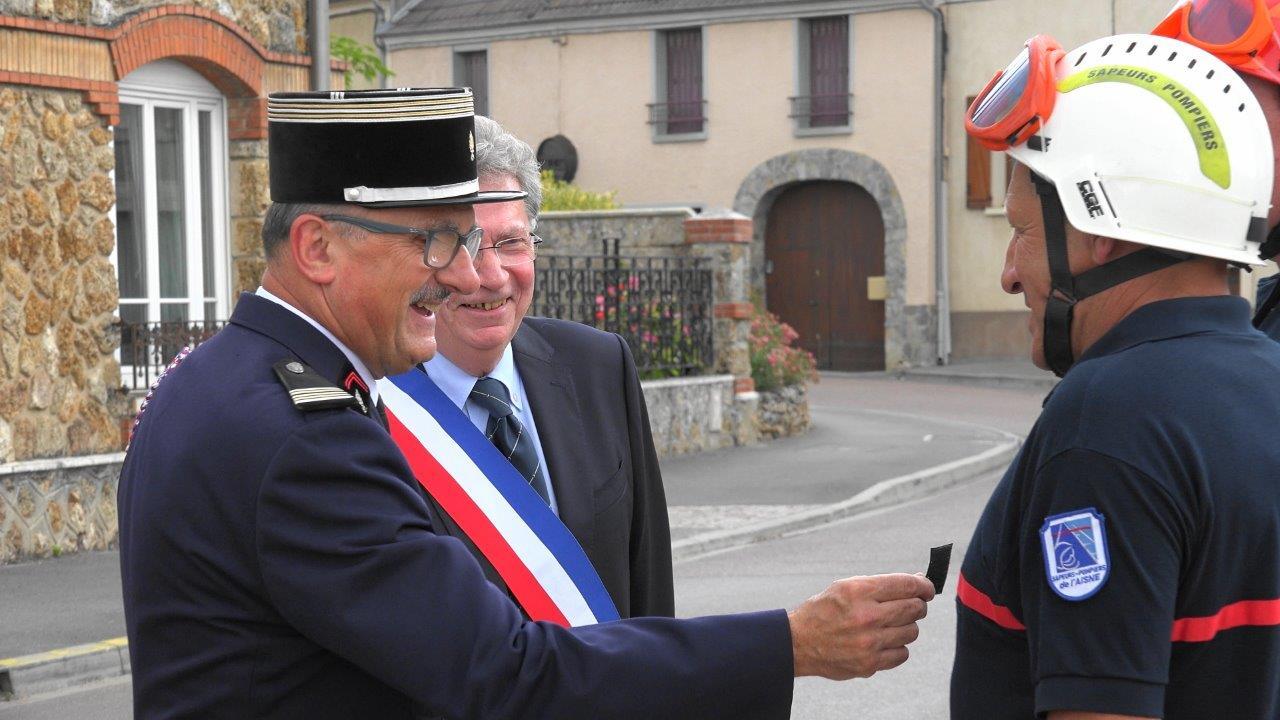Le lieutenant-colonel Philippe Gérard remet les galons de capitaine à Vincent Couvent.
