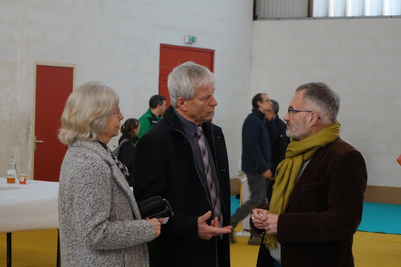 Au centre, Eric Assier accueille Dominique Moyse pour cette première représentation au gymnase de Condé-en-Brie.