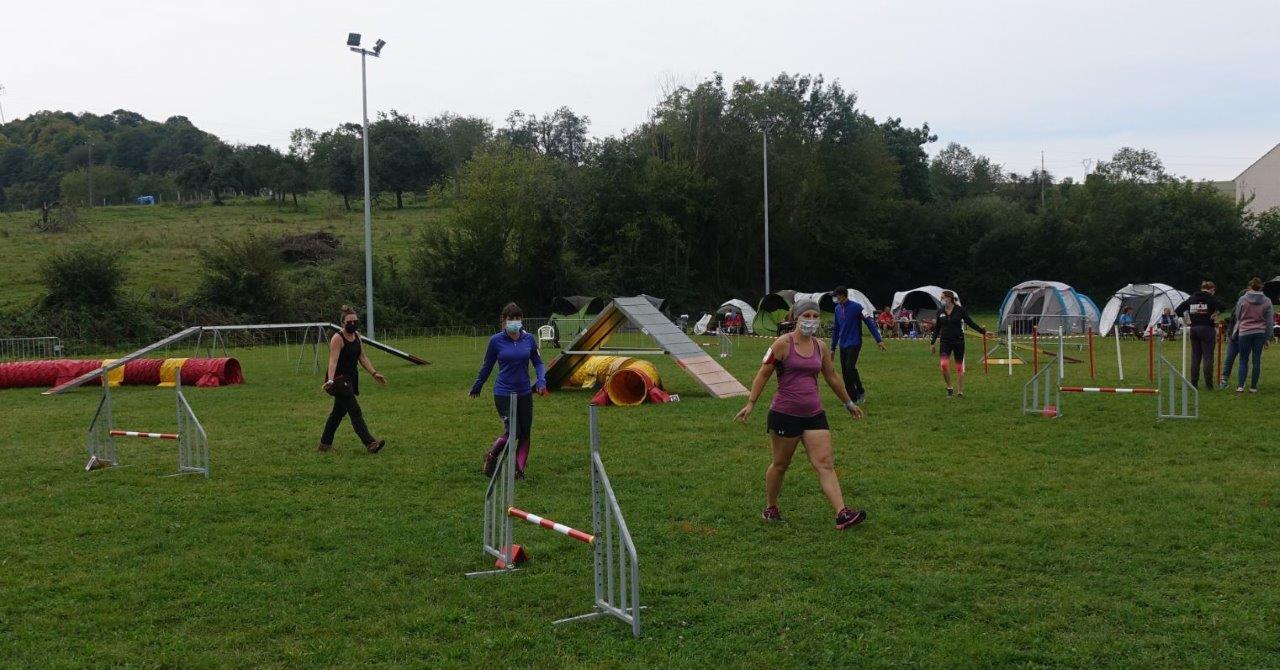 Avant le départ d'une catégorie, les maîtres ont quelques minutes  pour intégrer le parcours d'obstacles.