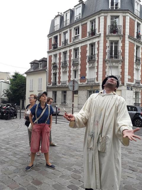 A Montmartre, chansons et danses sont au rendez-vous à chaque carrefour, au grand étonnement des touristes...