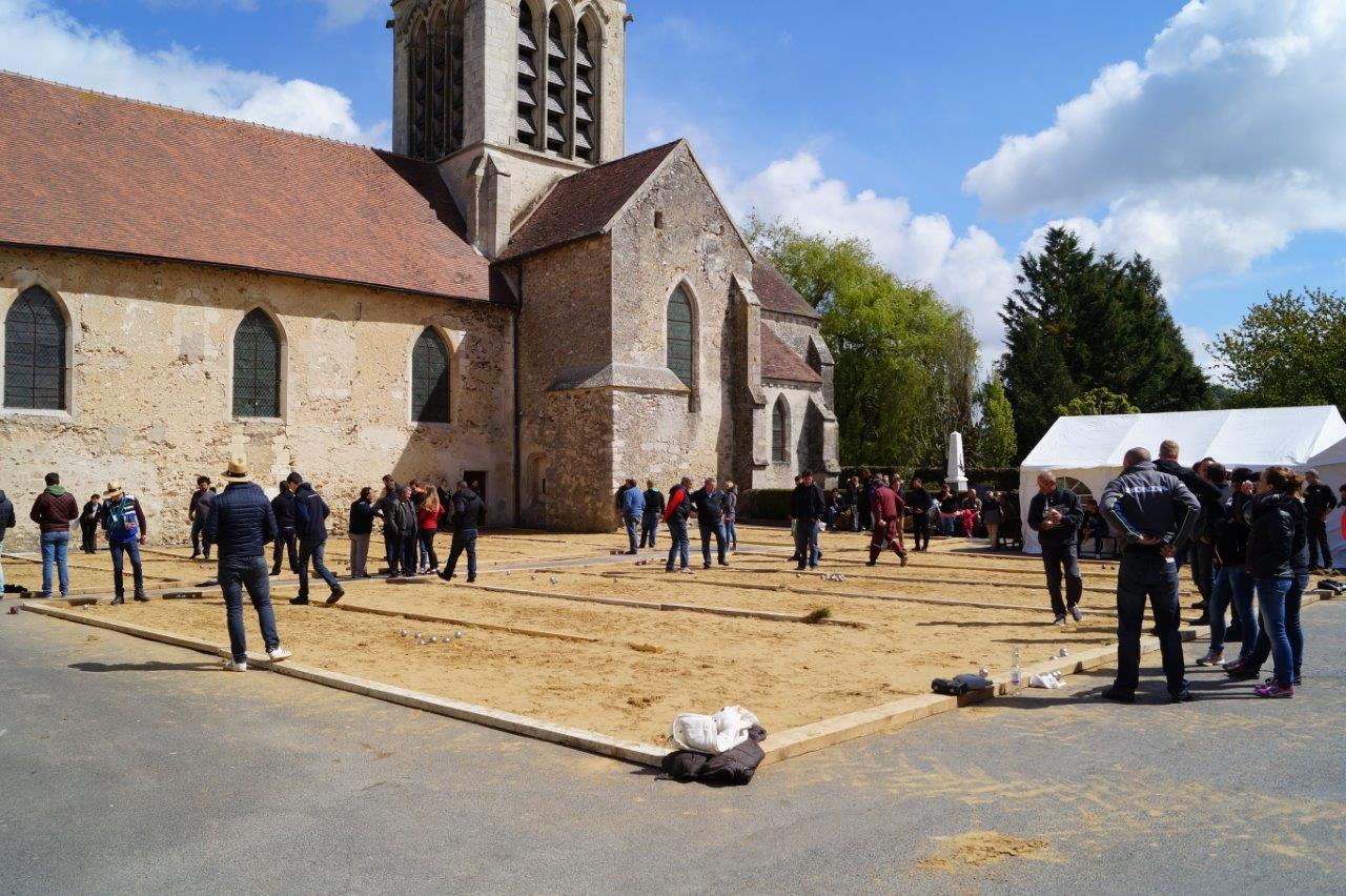 Chaque année au 1er mai, la place de l'église du bourg est transformée en un vaste boulodrome.