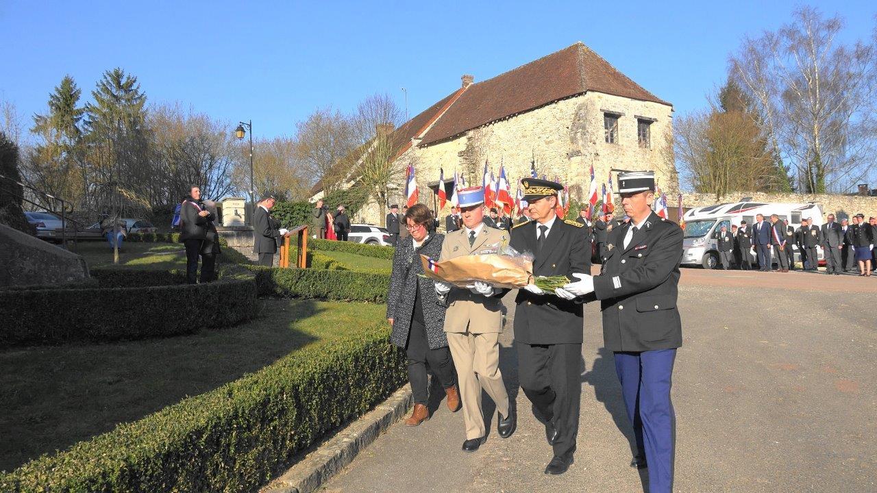 De gauche à droite : Hélène Luisin, le chef d'escadron Osmont, Ronan Léaustic, Jean-Charles Houël déposent une gerbe de fleurs.