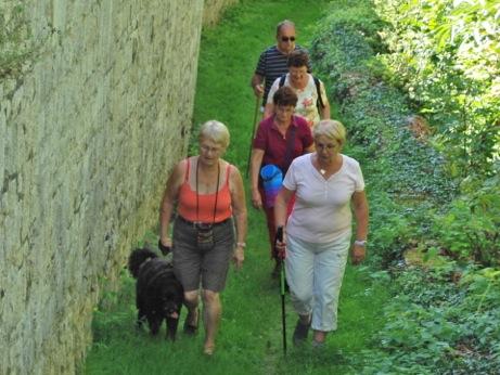 On marche en rasant les murs du château.