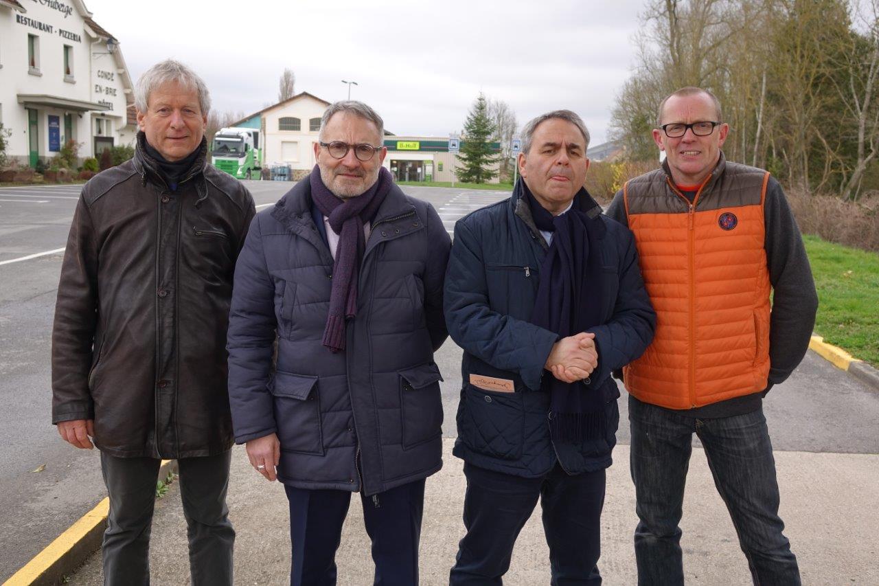 De gauche à droite : Éric Assier, Dominique Moyse, Xavier Bertrand et Georges Lefèbvre, gérant de la supérette 8 à Huit...